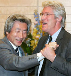 Richard Gere se marca un baile con Koizumi