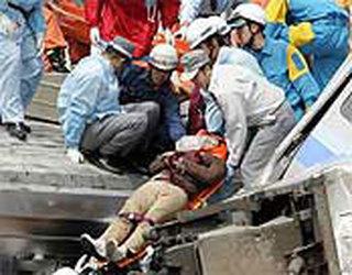 Al menos 43 muertos y 200 heridos tras descarrilar un tren de cercanías al oeste de Japón