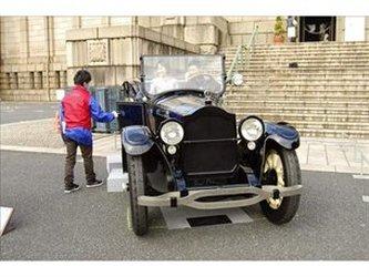 Un centenar de coches clásicos toman el centro de Tokio en festival de Toyota